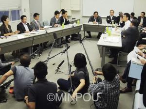 橋下氏らが強引な主張に終始した大阪会議の第1回代表者会議=9月28日、府庁内