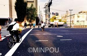 乗り継ぎに270㍍。十三筋の大通り、危険な阪急高架下も通らなければなりません=大阪市淀川区内
