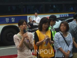ソウルの日本大使館前での水曜集会で発言するわたなべさん=2012年9月、韓国ソウル市内