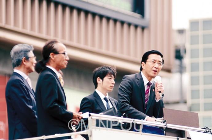 街頭演説で訴える日本共産党の山下書記局長(右端)