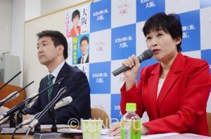 柳本あきら大阪市長候補(左)とともに政策を発表するくりはら貴子知事候補=10月28日、大阪市中央区内
