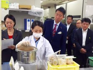 横浜検疫所を視察する清水氏=10月22日、横浜市中区内