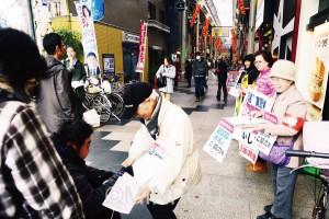 2千万統一署名に取り組む党員たち=4日、大阪市東淀川区内