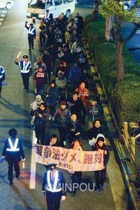 戦争法廃止をアピールする青年たち=11月27日、堺市堺区内