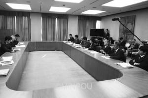 吉村新市長に2016年度予算編成と当面の施策について要望する日本共産党大阪市議団=12日、大阪市役所内
