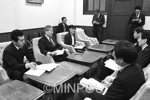 「府民の暮らしを応援する施策を」と求める日本共産党府議団=15日、府庁内