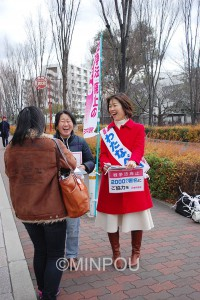 大阪市立大学の学生に2千万署名を呼び掛け、対話するわたなべ結参院大阪選挙区候補=12日、大阪市住吉区内
