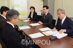 咲洲庁舎の安全性を早急に再検討することを申し入れる日本共産党府議団=2日、府庁内