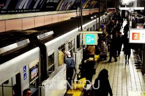 大阪市議会で2回にわたり否決されたにもかかわらず、吉村市長は「基本計画案」をてこに民営化を推進しようとしています=地下鉄御堂筋線・心斎橋駅