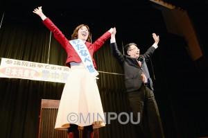 演説会で声援に応えるわたなべ結参院大阪選挙区候補(左)と小池晃副委員長=21日、豊中市内