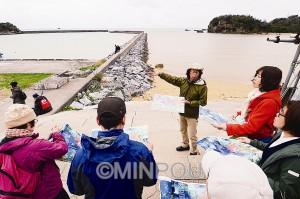 辺野古での座り込みはこの日4320日目。写真家の山本英夫さんは「まぎれもなく新基地建設。規模も面積も闇に包まれている」と怒りを込めました=15日、沖縄県名護市内