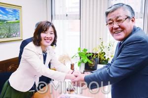 JA大阪中央会の中谷清会長を表敬訪問し、握手を交わすわたなべ結候補=2月29日、富田林市内