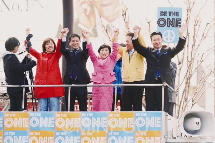 「野党は共闘」コールに応える(右から)福山、尾立、福島、辰巳、わたなべの各氏=21日、大阪市北区内