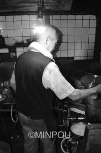 「消費税は〝底引き網式〟だ」と訴える中華料理店主=15日、大阪市北区内