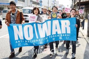 「戦争法はいますぐ廃案」「戦争したがる議員は落そう」とコールする「ANTs(アンツ)」のデモ=3月27日、堺市堺区内