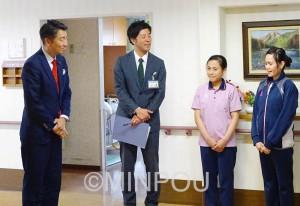 介護施設で働く外国人女性と懇談する清水議員(左)=4月20日、東京都板橋区内