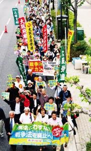 おおさか総がかり行動でデモ行進する参加者=3日、大阪市北区内