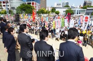 昨年5月の住民投票では「大阪市なくすな」「維新政治ノー」の歴史的な府民・市民共同が広がり、「都」構想否決の審判が下りました。(写真は15年5月10日に大阪市北区・扇町公園で開かれた市民集会)