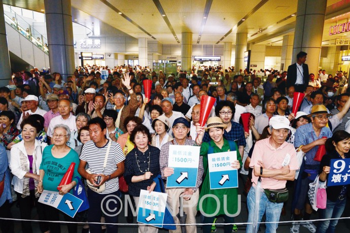 参院選公示日、梅田・ヨドバシカメラ前で日本共産党街頭演説を聞き入る聴衆=22日、大阪市北区内