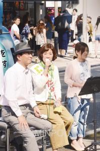 チャット・トークで語り合うわたなべ候補(中央)と山下副委員長=18日、大阪市中央区内