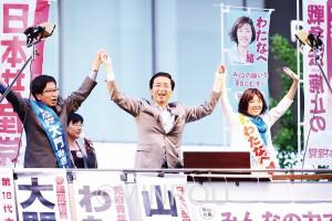 聴衆の拍手と声援に応える(左から)大門、山下、わたなべの各氏=4日、大阪市中央区内
