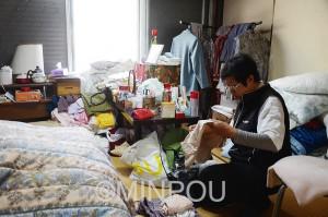 利用者の衣類などを整理するヘルパーの坂東さん。「この仕事は無資格者では担えない」と言い切ります(大阪西成区内)