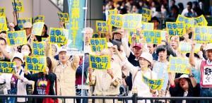 「おおさか総がかり行動」で「戦争法はいますぐ廃止!」「国政選挙で野党は共闘!」とコールする参加者=5日、大阪市北区内