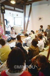 古民家を活用した「ツギハギ荘」で話をするわたなべ結参院大阪選挙区候補=17日、大阪市北区内