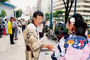 パンフレットを配布する大阪弁護士会の山口会長ら=25日、大阪市北区内