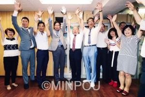 4選を果たし、万歳する大門氏(左から4人目)=10日夜、大阪市東成内