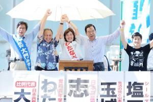声援に応える(左から)大門、玉城、わたなべ、志位の各氏=3日、大阪市中央区内