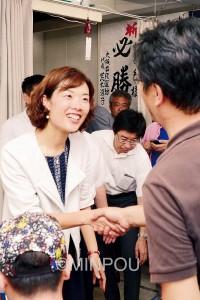 選挙戦を共にたたかった支援者と握手する渡部結氏=10日夜、大阪市中央区の事務所で