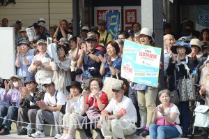 小池晃副委員長の訴えに声援を送る人たち=6月26日、吹田市内