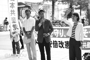 終戦記念日の街頭演説で訴える日本共産党の(左から)宮本、清水両衆院議員、渡部府常任委員=15日、大阪市都島区内