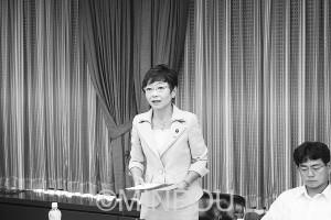 質問する山中幹事長=7月29日、大阪市議会