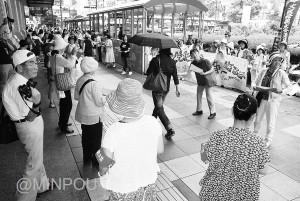 召集令状を複製した「赤紙」ビラを配布する参加者=15日、大阪市中央区内