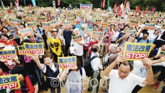 戦争法廃止を訴える総がかり集会の参加者=19日、大阪市西区内