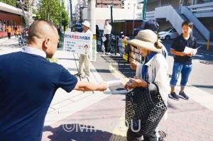 地下鉄・市バス一体運営で公営交通の発展をと、署名を呼び掛ける城東区社保協の人たち=1日、大阪市城東区内
