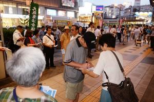 戦争法を廃止し憲法9条を守ろうと署名を集める人たち=19日、大阪市中央区
