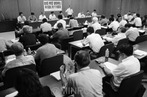 日本共産党大阪市議会議員団が開いた懇談会=8月26日、大阪市役所内