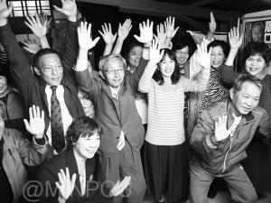 当選を受け万歳する西田、阪口の両氏=23日、太子町内