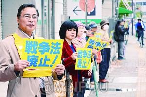 戦争法廃止をアピールする日本共産党の茨木市議ら=19日、茨木市内