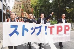 TPPの国会承認許すなとデモの先頭に立つ、(前列左から)服部、山本、辰巳、渡辺の各党代表者=10月28日、大阪市西区内