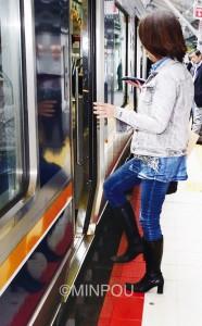 車両とホームの間に大きな隙間があるJR鴫野駅=14日、大阪市城東区内