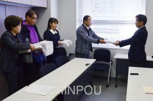 署名を提出する保護者ら=16日、大阪市中央区内