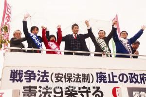 街頭演説で訴える清水衆院議員(中央)と日本共産党茨木市議選4候補=8日、茨木市内