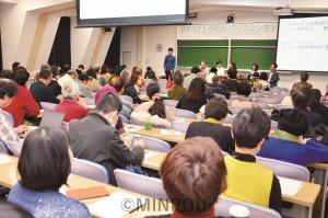 関西市民連合が開いたシンポジウムで語り合う、ママの会やSADLのメンバー=22日、京都市左京区内