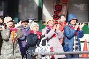 日本共産党の街頭演説で声援を送る人たち=15日、茨木市内