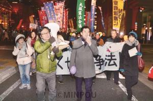 おおさか総がかり行動の御堂筋パレードでは、行進中も市民団体や政党の代表がマイクを握ってアピール。中央で訴えているのは日本共産党の辰巳参院議員=19日、大阪市中央区内
