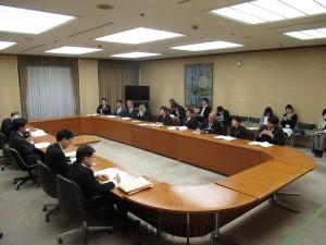新年度予算編成と当面の施策について吉村市長に要望する日本共産党大阪市議団=2016年12月26日、大阪市役所内